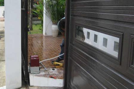 ประตูบานเลื่อนติดคู่กับประตูโรงรถ